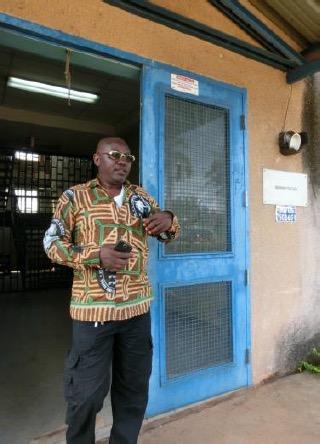 Emmanuel Garba informiert: Das Objekt wurde 1998 mit kanadischer Hilfe erbaut, in dem Schulkomplex werden heute bis zu 2000 Schüler verschiedener Alterstufen in 18 Berufen (vorwiegend Bau/Metall/Holz) mit zum Teil internatsmäßiger Unterbringung ausgebildet.