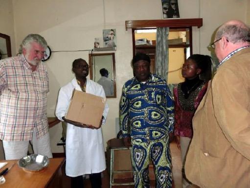 Augenoptiker Jean Kingo freut sich über aus unserem Bestand mitgebrachte Brillen