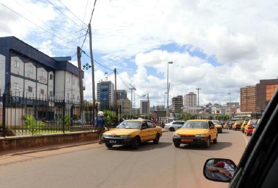 Die Gespräche in Jaunde sind gelaufen – es geht durchs Zentrum zum Flughafen Nsimale